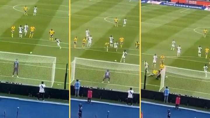 Neymar lanza un penalti al estilo 'Cruyff'