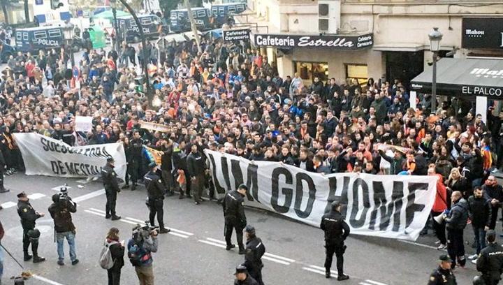 Cientos de hinchas del Valencia vuelven a protestar contra Peter Lim