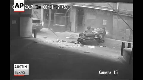 Salvó su vida de manera increíble luego de caer con su auto desde el 7º piso de un estacionamiento