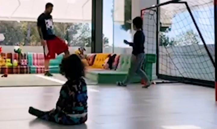 Así enseña Messi a sus hijos a jugar a fútbol en el salón de su casa