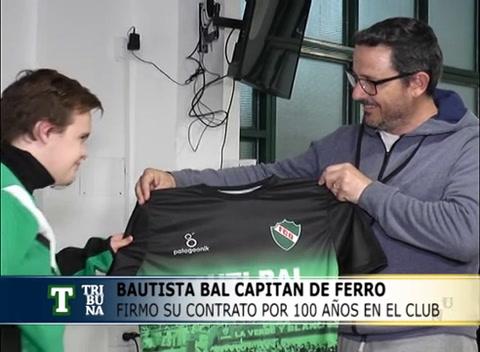 Un club de fútbol le hizo contrato por 100 años a un chico con síndrome de Down y lo nombró capitán