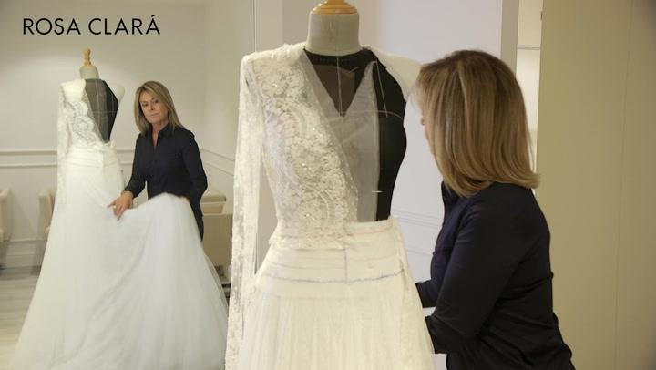 La diseñadora Rosa Clará muestra como se confeccionó el traje de boda de Mery Perelló