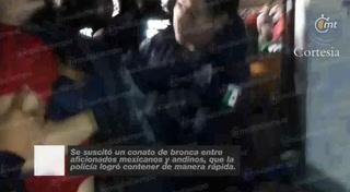Aficionados de México y Chile se enfrentan al final del partido