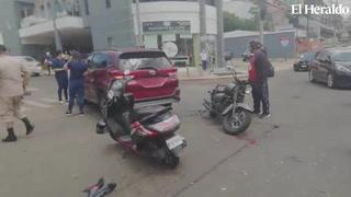 Dos personas heridas al impactar motocicleta contra una camioneta en bulevar Morazán