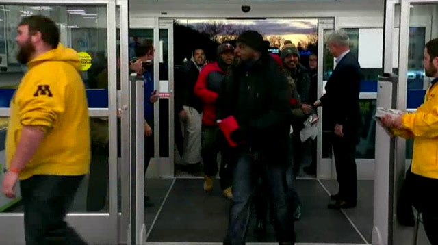 Raw: Best Buy CEO Greets Thanksgiving Customers