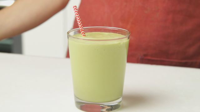 How To Make A Matcha-Mango Smoothie That Woos Taste Buds