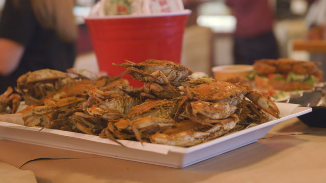 How to pick and eat crab in Baltimore| Where Locals Go