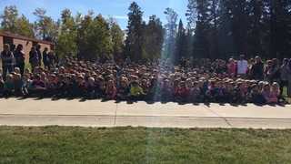 450 students simultaneously bite apples